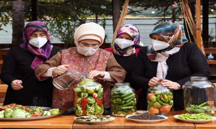 Emine Erdoğan, Ankara'nın Çubuk ilçesinde kadınların turşu kurma etkinliğine katıldı